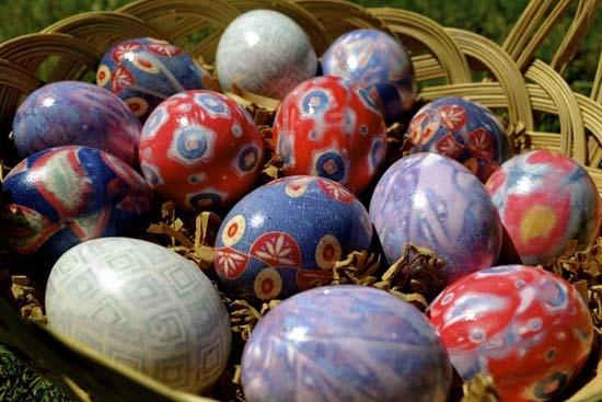 Βάψιμο αυγών με γραβάτες:Δες πως θα το κάνεις βήμα-βήμα