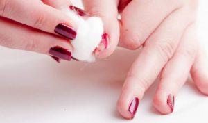Απλός τρόπος να ξεβάψεις τα νύχια σου χωρίς ασετόν!