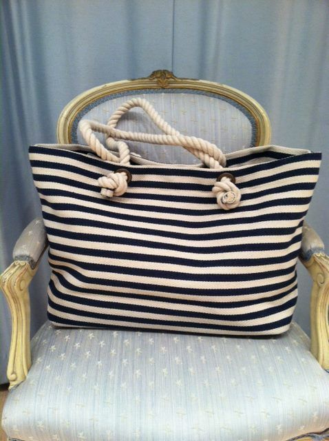 1728e2fa06 Η τσάντα που θα πάρεις δεν χρειάζεται να έχει κάτι υπερβολικό! Μια ριγέ σε οποιοδήποτε  χρώμα