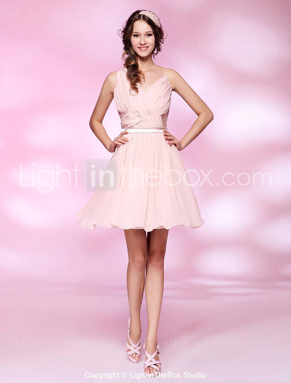 61a0a9d3396 Ρομαντικό νεανικό κοντό φόρεμα σε απαλό ροζ. Μπορείς να το βρεις εδώ
