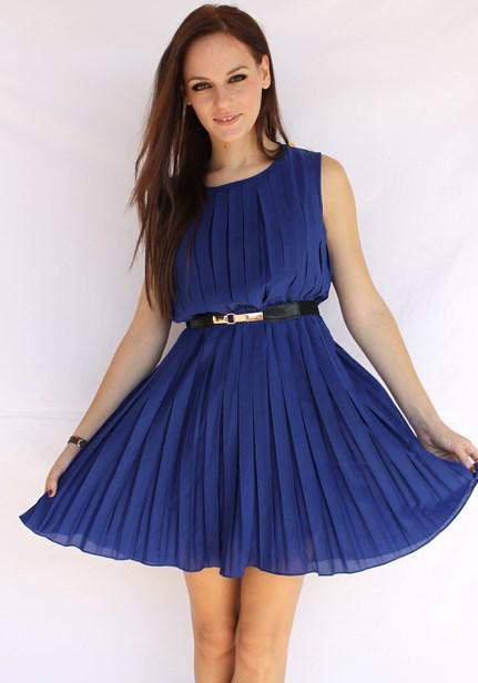 c1321c5b6b16 Τα φορέματα σε μπλε αποχρώσεις ταιριάζουν πολύ με τα κοραλί κραγιόν.