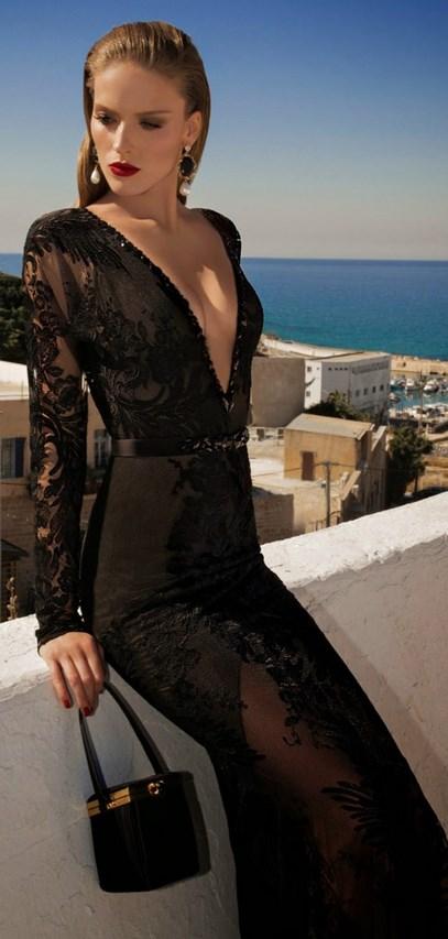 b5ab5e42c022 Το συγκεκριμένο φόρεμα αποτελείται κατά ένα μεγάλο μέρος του από διαφάνεια  με λουλούδια. Το αρκετά βαθύ ντεκολτέ του σε συνδυασμό με το διακριτικό  ζωνάκι ...