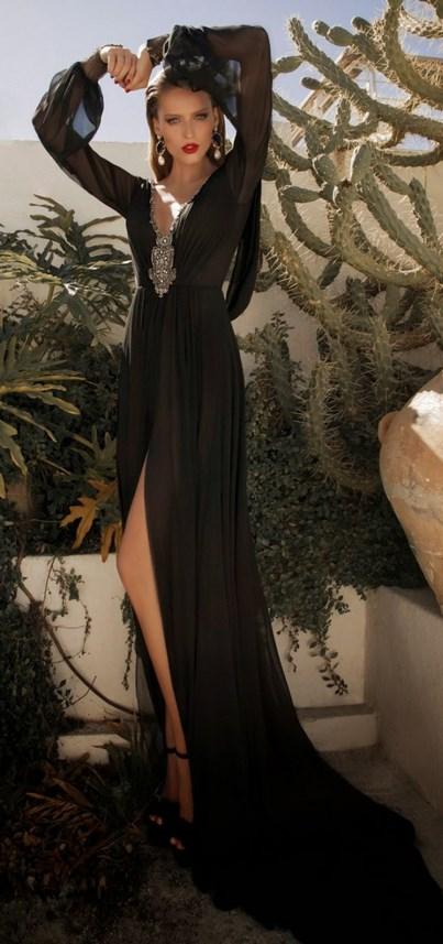 Εδώ βλέπουμε δύο εξαιρετικά αέρινα μαύρα φορέματα το πρώτο με μακριά  μανίκια και διαφάνεια και το δεύτερο με τιράντα και δαντέλα στην πλάτη και  το τελείωμα. 92d3ebb0d33
