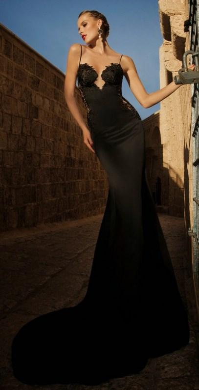 355bc643f838 Η πρώτη μας πρόταση είναι ένα αποκαλυπτικό maxi φόρεμα με τελείωμα σε  φαρδιά γραμμή και υπέροχες λεπτομέρειες από δαντέλα