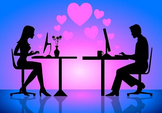 5 Σημάδια ότι ο άντρας σου φλερτάρει στο Facebook!