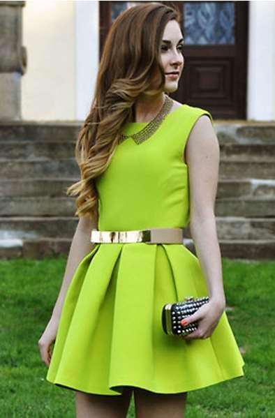 Από τα φλούο φορέματα επέλεξα αυτό εδώ το πράσινο μίνι φόρεμα το οποίο  είναι απλό μπροστά με πιέτες και σε φαρδιά γραμμή 4883d485a19