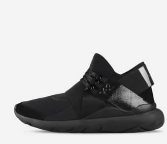 9b822bbec9c0 Αν και το σχέδιο δε σου θυμίζει σε τίποτα αθλητικό παπούτσι που προορίζεται  για γυμναστική κι όμως είναι! Αθλητικά παπούτσια με floral στάμπες, άσπρα,  ...