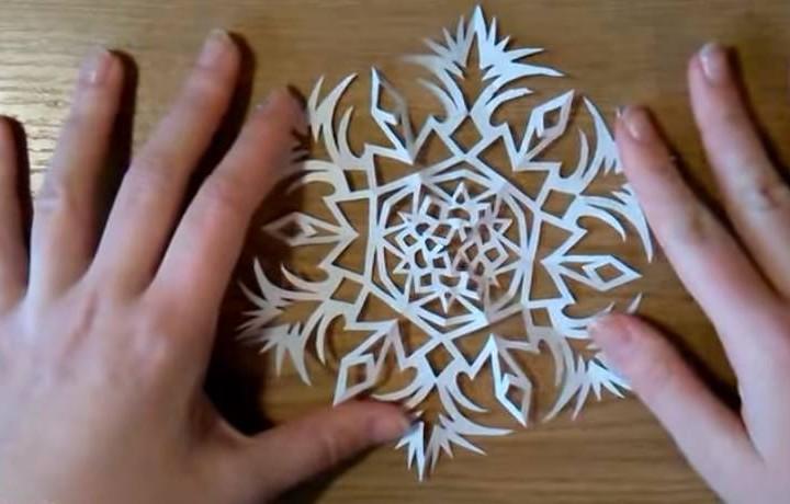 Φτιάξε μόνη σου μια εντυπωσιακή χιονονιφάδα από χαρτί!