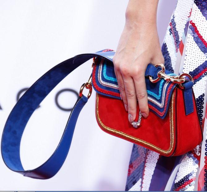 f0ffce25e8 Φέτος κυριαρχεί το έντονο χρώμα σε πολλά ρούχα και παπούτσια αλλά και στις  τσάντες. Πολλοί σχεδιαστές και οίκοι μόδας