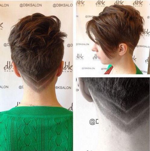 7c1ec180530a Η γυναίκα στη φωτογραφία αποφάσισε να προσθέσει ρίγες στα μαλλιά της ενώ  επέλεξε να διατηρήσει το επάνω μέρος των μαλλιών της λίγο πιο μακρύ για να  έχει ...