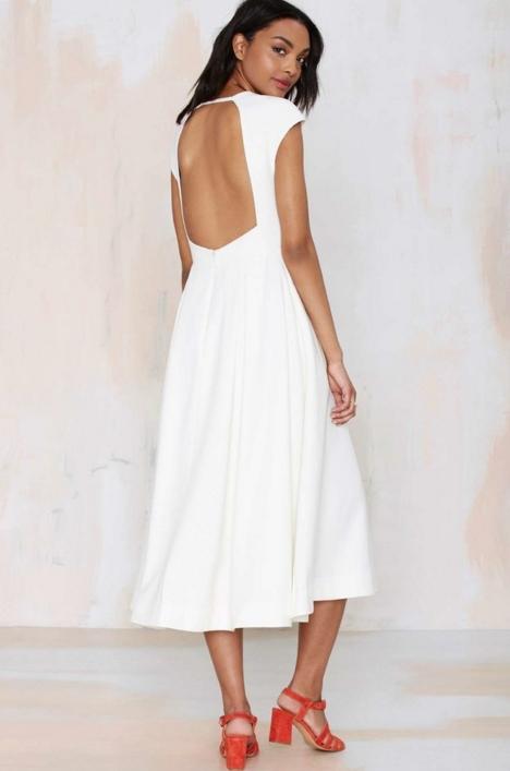 Από τις πρώτες μας επιλογές είναι τα λευκά και τα μαύρα φορέματα. Η πρώτη  μου πρόταση λοιπόν είναι ένα πολύ κομψό εφαρμοστό φόρεμα f79319af94b