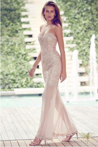 a6eee4261e55 Με αυτό το maxi φόρεμα με τη διαφάνεια στα πόδια