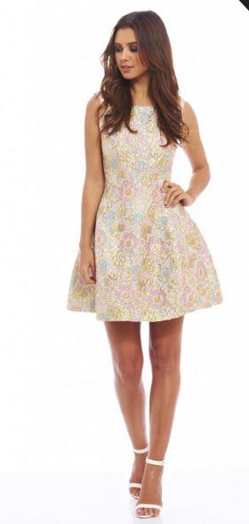 26fd02689726 Αυτό το floral μεταλλικό φόρεμα είναι η ιδανική επιλογή σε περίπτωση που  γίνεσαι κουμπάρα και όχι μόνο!