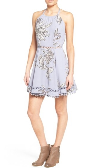 2bed5eb27214 Δεν υπάρχει τίποτε πιο δροσερό από ένα mini εξώπλατο φόρεμα. Είναι διάτρητο  στην μέση και το τελείωμα