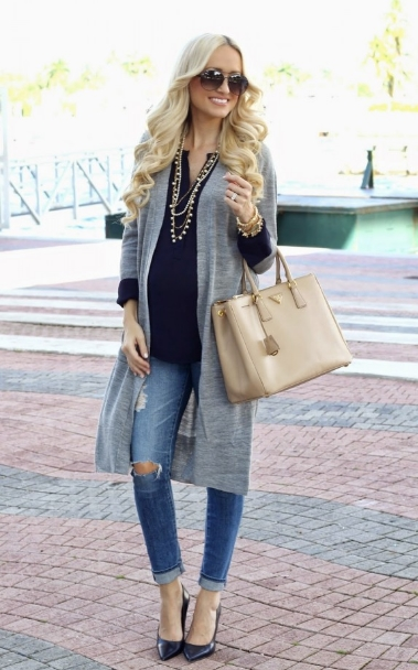 e234b68a32f Εναλλακτικά μπορείς με το jean σου να φορέσεις ένα απλό μονόχρωμο αμάνικο  μπλουζάκι και από πάνω ένα αμάνικο μπουφανάκι ή ζακέτα. outfit jean egkion