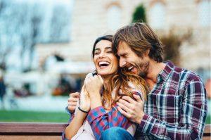 ζευγάρι γελάει μαζί