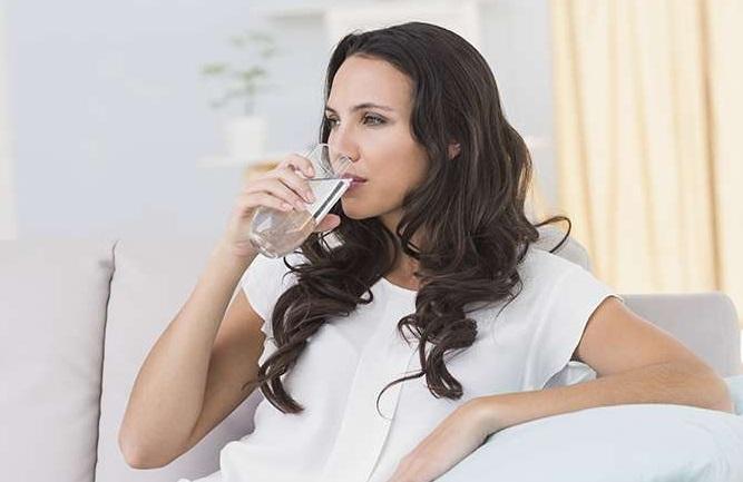7 λόγοι που θα σε πείσουν να πίνεις νερό κάθε πρωί!