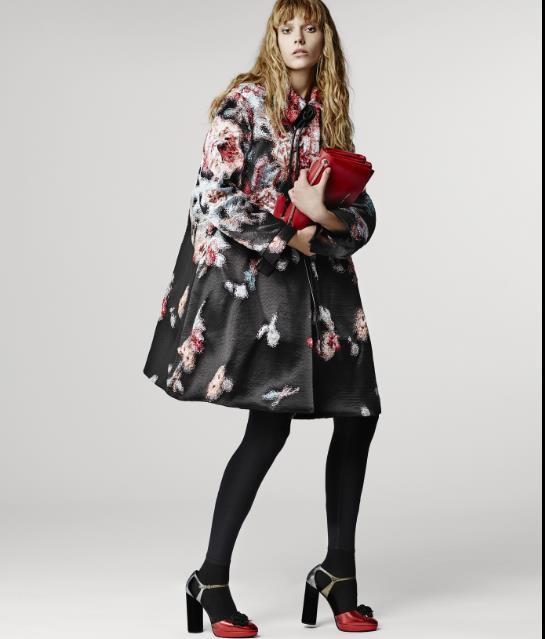 32d35e78f4f0 Το μαύρο κυριαρχεί στα γυναικεία παλτό. Σε διάφορα υφάσματα όπως δέρμα και  βελούδο για βραδινές εμφανίσεις