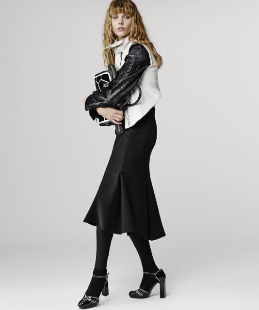643655447130 Τα φορέματα που θα συναντήσεις στη χειμερινή collection Armani είναι κατά  κύριο λόγο βραδινά και επίσημα. Κυριαρχεί το μαύρο χρώμα