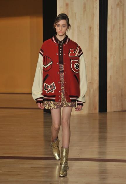Από πέρυσι είδαμε πως μπορούμε να συνδυάσουμε το αθλητικό μας jacket με μια  φούστα με έντονα prints και τα μεταλλικού χρώματος μποτάκια μας και να  δείχνουμε ... 145ec4d488a