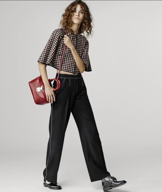 86c9fe09902b Η μπλούζα αποτελεί ένα από τα βασικότερα κομμάτια στη γυναικεία  γκαρνταρόμπα. Στις γυναικείες μπλούζες Armani κυριαρχεί το μαύρο και οι  σκούρες αποχρώσεις.