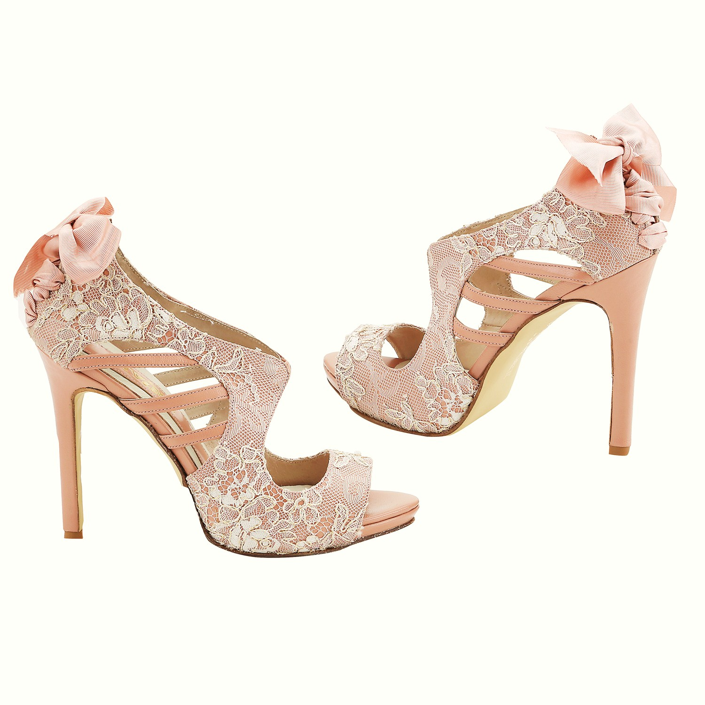 575af86129e Ειδικά αν σκέφτεσαι να φορέσεις ένα κοντό νυφικό φόρεμα, τα παπούτσια τύπου  gladiator θα κάνουν την εμφάνιση σου ακόμη πιο εντυπωσιακή.
