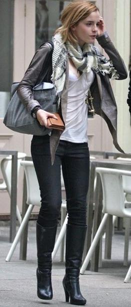e42d167efe7 Ο συγκεκριμένος συνδυασμός προστάζει δερμάτινο, φουλάρι, ένα ζευγάρι μπότες  και το μαύρο σου jean! Είναι το απόλυτο φθινοπωρινό look που παράλληλα  ανάλογα ...