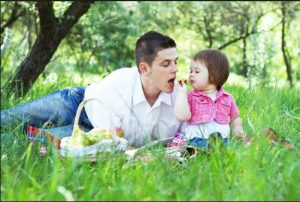 father-daughter-having-picnic