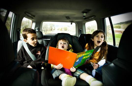 Ακόμη ένας τρόπος να περάσετε υπέροχα μέσα στο αυτοκίνητο είναι να  τραγουδήσετε τα αγαπημένα τους τραγούδια. Κάντε ένα διαγωνισμό για να δείτε  ποιος θυμάται ... 759e63ccc00