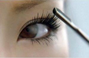 combing-eyelashes