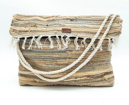 Τα σχέδια και τα χρώματα στις τσάντες ώμου είναι πολλά και ευκολοφόρετα.  Διάλεξε μια πολύχρωμη τσάντα από κουρελού ή μια σε απαλά χρώματα για να  συνοδεύσει ... 697c5c18f7c