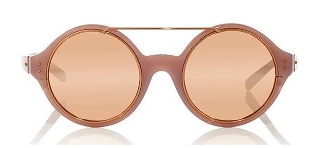 Αυτά τα γυαλιά από τη σχεδιάστρια Linda Farrow είναι συγχρόνως απλά και  εντυπωσιακά. Ο σκελετός αλλά και το τζάμι κινούνται στον τόνο του ροζ  χρυσού που ... 3bc6202a1d0