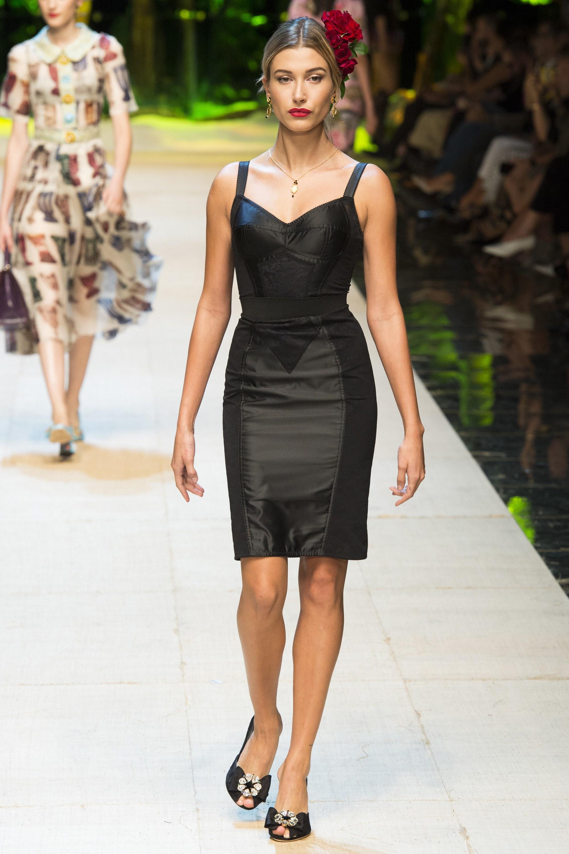 9c2477610c6a Οι τάσεις της μόδας την άνοιξη του 2017 όσο αφορά στα φορέματα θέλουν πιο  οικεία χρώματα και σχέδια για την γυναίκα. Θα δεις οπότε το κλασσικό  κολλητό μαύρο ...
