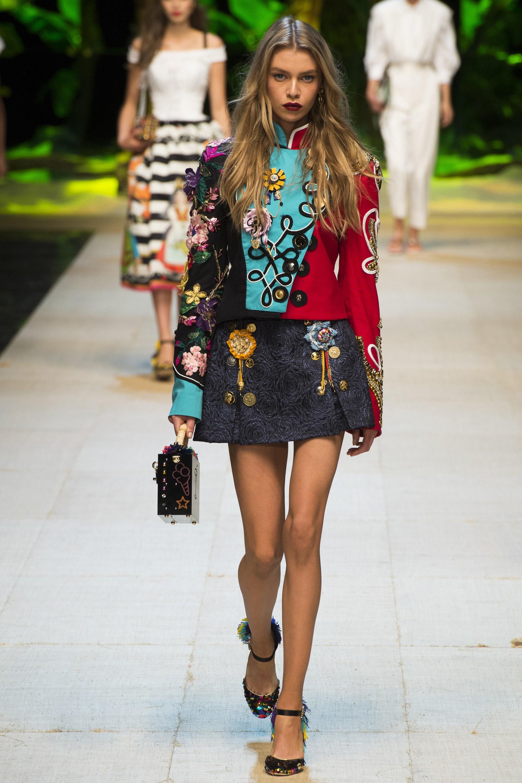 cfdd9de5e4ee Στα σακάκια που προτείνουν για την άνοιξη οι Dolce & Cabbana, βλέπουμε ότι  παίζουν με τα χρώματα και τα σχέδια. Μερικά σακάκια είναι ασύμμετρα.