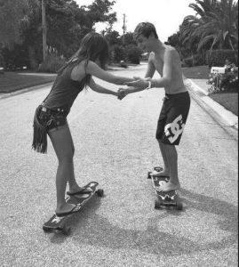 agori-mathainei-se-koritsi-na-kanei-skateboard