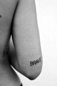 brave tattouaz panw apo ton akgwna