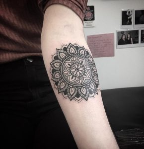 mandala tattoo mprosta apo ton agkona