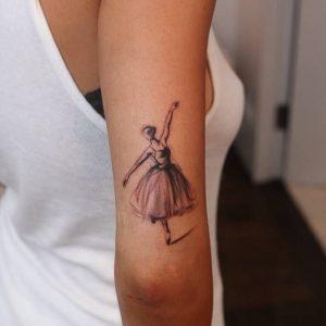 mpalarina tatouaz ston agkwna