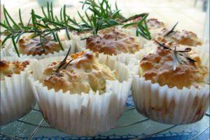 Αλμυρά muffins με φέτα, κρεμμύδι και δεντρολίβανο!