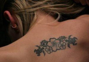 tatouaz-me-louloudia-sthn-plath