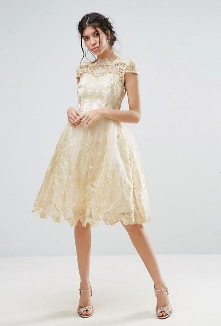 Μία εξαιρετική επιλογή για όσες ετοιμάζονται να κάνουν ακόμη και έναν  πολιτικό γάμο είναι το συγκεκριμένο μπεζ midi φόρεμα με δαντέλα. (Buy Now) 3d573a199e0