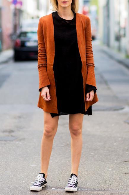 Για μια boho εμφάνιση μπορείς να επιλέξεις ένα mini φόρεμα με μια suede  ζακέτα και τα άνετα all star. Φυσικά φρόντισε να φορέσεις και τα ανάλογα  boho ... 45dc87d5832