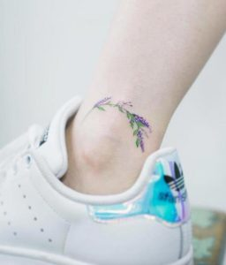 ginaikeio tatouaz astragalou me louloudia levanta