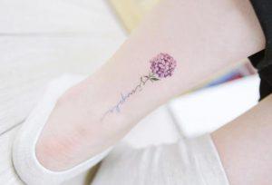 louloudi xromatisto me grammata sto klonari tattoo