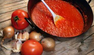 spitiki saltsa tomatas, kremmydi, skordo, tomates
