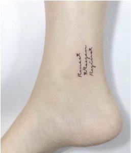 tatouaz ginaikeia grammata frasi astragalos