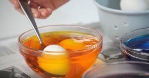 Ο καλύτερος τρόπος για να βάψεις τα πασχαλινά αυγά!