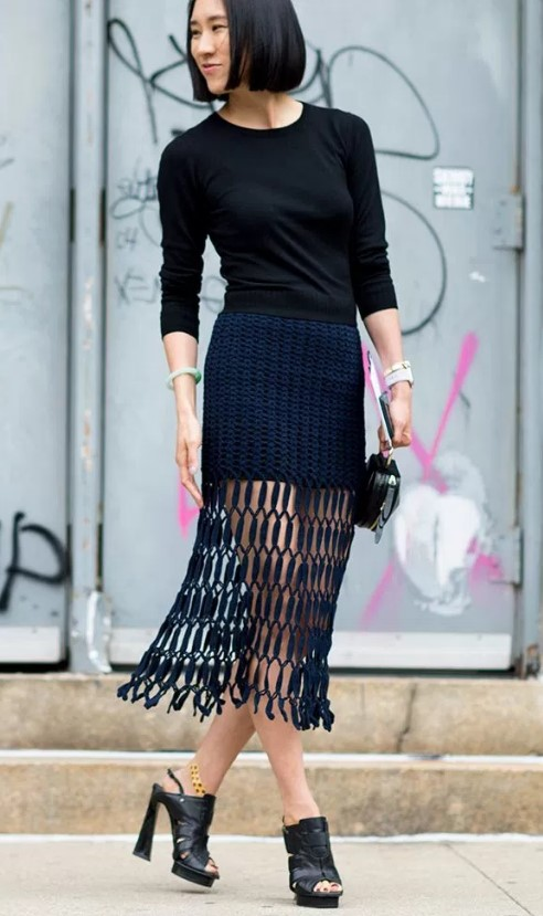 Φούστα με κρόσσια και μαύρη μπλούζα 97a85dca5b5