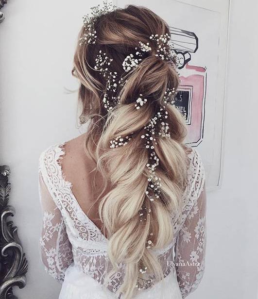 421c3d3ac Για τα μακριά μαλλιά ένα ακόμα ιδανικό χτένισμα είναι μια μακριά πλεξούδα,  η οποία μπορεί να είναι χαλαρή για να ταιριάζει καλύτερα στο ρομαντικό ύφος  του ...