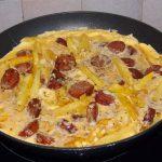 omeleta me loykanika kai patates